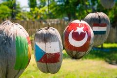 Beaucoup de drapeaux des pays peints sur les noix de coco Photos stock