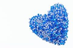 Beaucoup de fausses pierres bleues faites sous forme de coeur sur un fond blanc Vue supérieure Photo stock