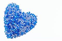 Beaucoup de fausses pierres bleues faites sous forme de coeur sur un fond blanc Vue supérieure Photo libre de droits