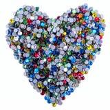 Beaucoup de fausses pierres colorées faites sous forme de coeur sur un fond blanc Vue supérieure Image stock