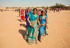 Beaucoup de femmes attirantes marchant dans le paysage de sable Images libres de droits