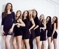 Beaucoup de femmes diverses dans la ligne, petites robes de fantaisie de port de noir, font la fête le maquillage, concept de pel Photo libre de droits