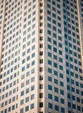 Beaucoup de fenêtres du gratte-ciel haut- Images stock