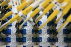 Beaucoup de fibreoptiques connectés dans l'armoire Images stock