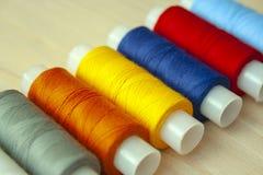 Beaucoup de ficelles colorées multi de fil images libres de droits