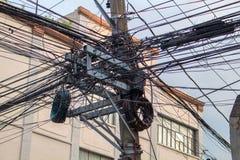 Beaucoup de fils électriques sur le pilier Approvisionnement électrique urbain asiatique Poteau industriel d'électrification avec Photos stock