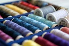 Beaucoup de fils de couture colorés dans la boîte Foyer sélectif, plan rapproché Photo libre de droits