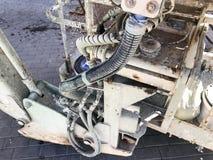 Beaucoup de fils et tuyaux sales épais dans le matériel de construction, machines image libre de droits