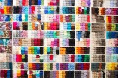Beaucoup de fils multicolores pour le tricotage Photos libres de droits