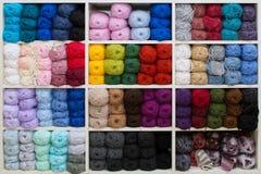Beaucoup de fils multicolores pour tricoter en cellules Photos libres de droits