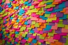 Beaucoup de fond abstrait d'autocollants colorés Images stock