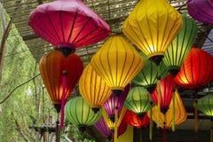 Beaucoup de formes belles et lanternes colorées accrochent sur le plafond photographie stock libre de droits