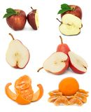 Beaucoup de fruit mûr et juteux sur un fond blanc Pommes et poires et mandarine ensemble images libres de droits