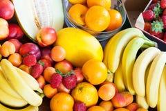 Beaucoup de fruits à la table Images stock