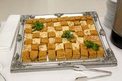 Beaucoup de gâteau de miel frais, coupe, sur un plateau de fer Photographie stock