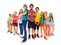 Beaucoup de garçons et de filles sûrs se tiennent ensemble Images libres de droits