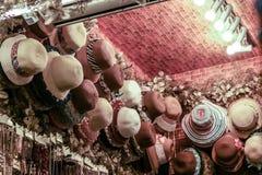 Beaucoup de genres de chapeaux sur la boutique sur le marché, couleur de style de vintage Photographie stock libre de droits