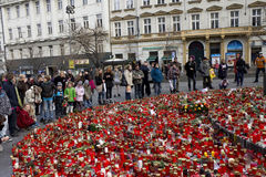 Beaucoup de gens donnant l'hommage à Vaclav Havel Image stock