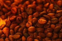 Beaucoup de grains de café à l'arrière-plan brouillé Images stock