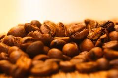 Beaucoup de grains de café étroits sur le fond clair brouillé Photo stock
