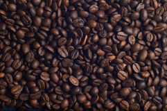 Beaucoup de grains de café aromatiques photos stock