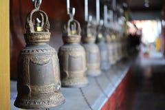 Beaucoup de grandes cloches dans des temples en pastel thaïlandais pour le fond abstrait photographie stock