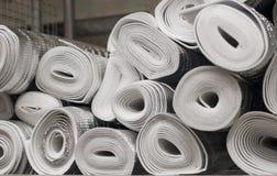 Beaucoup de grands rouleaux argentés d'isolation d'aluminium image stock