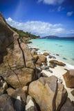 Beaucoup de granit bascule sur une côte sur les Seychelles Photo stock