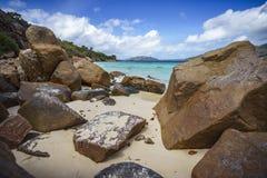 Beaucoup de granit bascule sur une côte sur les Seychelles 81 Photographie stock