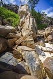 Beaucoup de granit bascule sur une côte sur les Seychelles 138 Image stock