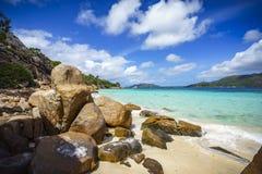 Beaucoup de granit bascule sur une côte sur les Seychelles 100 Photos stock
