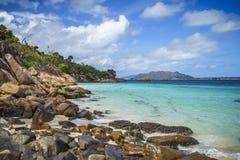 Beaucoup de granit bascule sur une côte sur les Seychelles 109 Photos stock
