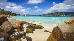 Beaucoup de granit bascule sur une côte sur les Seychelles 102 Image stock