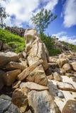 Beaucoup de granit bascule sur une côte sur les Seychelles 137 Image stock