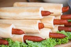 Beaucoup de hot-dogs français sur la laitue Nourriture délicieuse photographie stock libre de droits