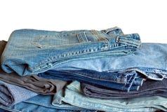Beaucoup de jeans d'isolement sur le plan rapproché blanc Image stock