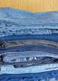 Beaucoup de jeans sur le plan rapproché brun arénacé de fond Photo libre de droits
