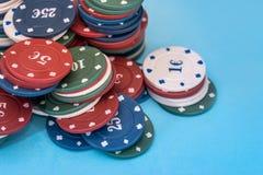 Beaucoup de jetons de poker d'isolement Images libres de droits