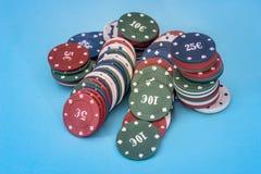 Beaucoup de jetons de poker d'isolement sur le bleu Photographie stock libre de droits