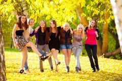 Beaucoup de jeunes filles en stationnement Image libre de droits