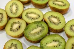 Beaucoup de kiwi a coupé en deux moitiés Photographie stock