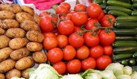 Beaucoup de légumes frais à vendre au marché local Images libres de droits