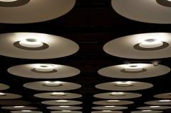 Beaucoup de lampes modernes dans l'aéroport de Barajas Images stock