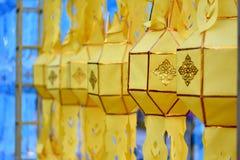 Beaucoup de lanternes jaunes et bleues accrochant dans le festival de krathong de Loy image libre de droits