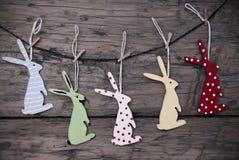 Beaucoup de lapins de Pâques accrochant sur la ligne Image stock