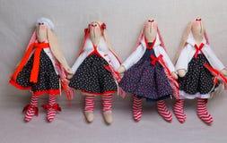 Beaucoup de lapins de jouet dans des robes, Pâques Photos libres de droits