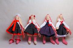 Beaucoup de lapins de jouet dans des robes, Pâques Image stock