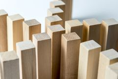 Beaucoup de lignes incurv?es des cubes en bois sont reli?es au centre dans un, comme symbole des files d'attente, un grand choix  images libres de droits
