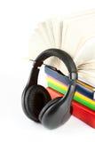 Beaucoup de livres avec des écouteurs Photo stock