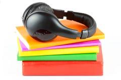 Beaucoup de livres avec des écouteurs Image libre de droits